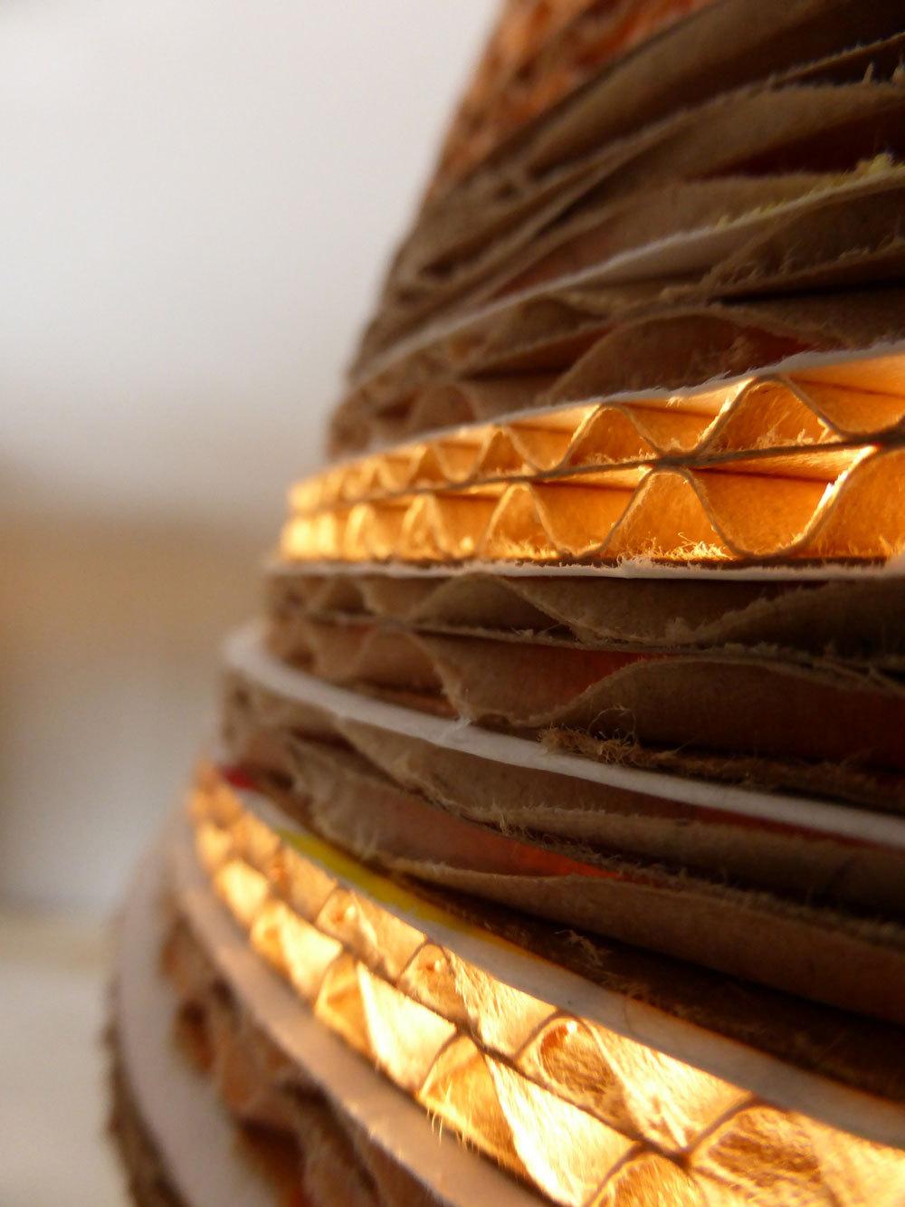upcycle recycle design tafellamp van karton