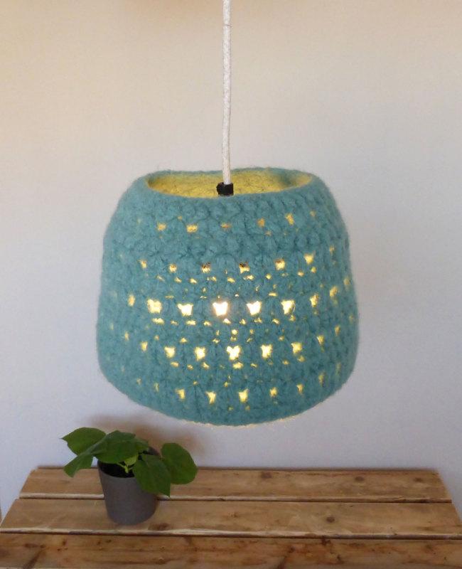 blauwe hanglamp van vilt