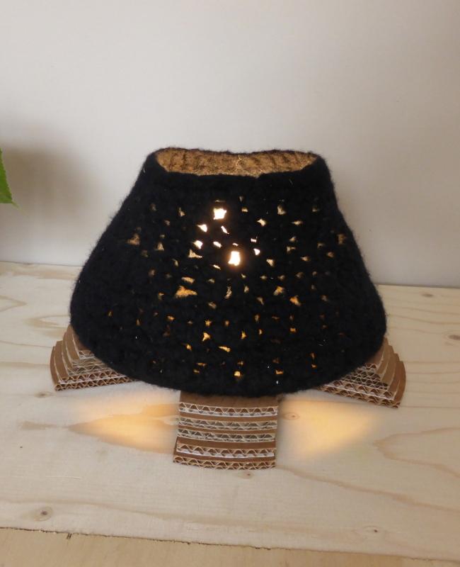 tafellamp van vilt en karton