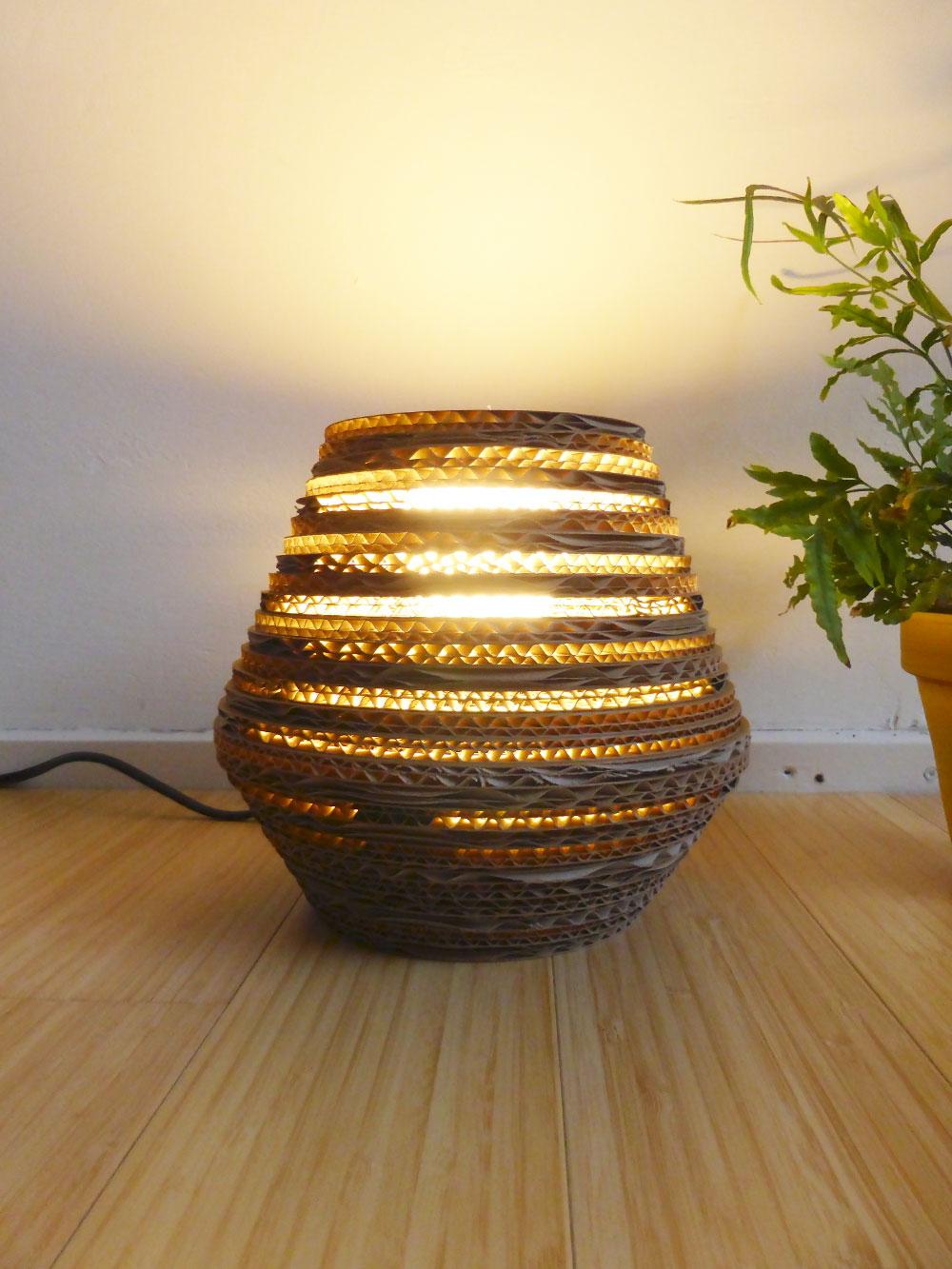 kartonnen tafellamp bee light s